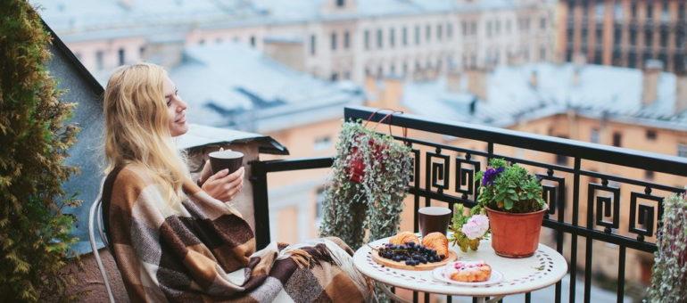 Oaza w środku miasta – jak ładnie zaaranżować niewielki balkon?
