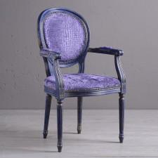 Bogato zdobione krzesło z podłokietnikami w stylu glamour
