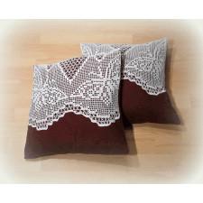 Brązowe poduszki z motywem szydełkowym