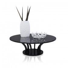 Czarny, okrągły stolik, wysoki połysk, styl modernistyczny.