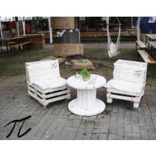 Fotel z drewnianych skrzynek
