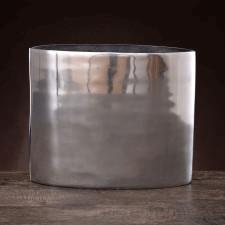 Aluminiowy wazon w prostej nowoczesnej formie